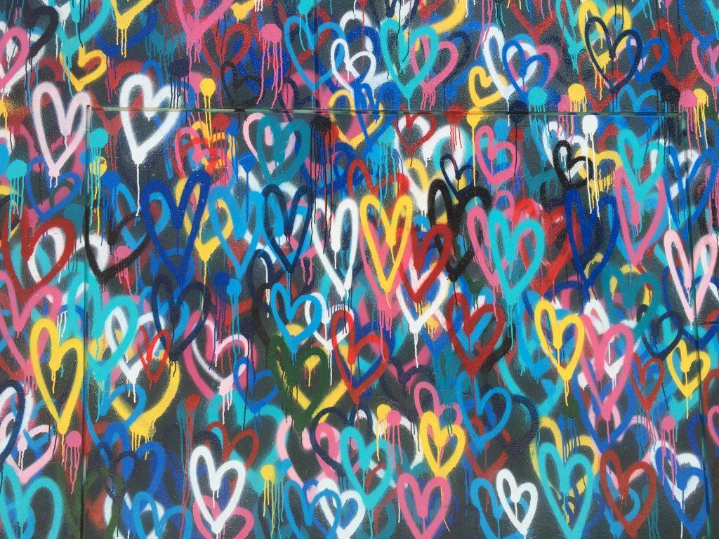 Dor no coração?  : papel de parede de coração multicolorido